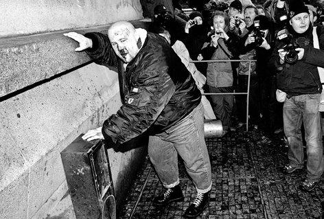 Nazi weint.